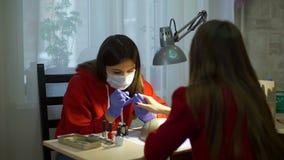 Vrouw die Manicure voor Cliënt thuis maken stock videobeelden