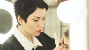Vrouw die mannelijk kapsel met scheerapparaat maken Sluit kapper omhoog scherp haar met haarclipper in kapperswinkel Mens stock footage