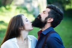 Vrouw die mannelijke baard bijten Royalty-vrije Stock Foto's
