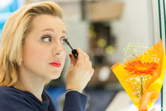 Vrouw die mascara toepassen Stock Afbeelding