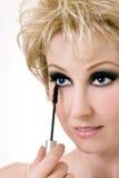 Vrouw die mascara toepast Stock Afbeeldingen