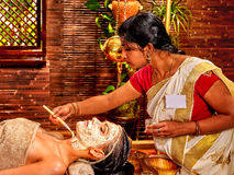 Vrouw die masker hebben in ayurveda spa royalty-vrije stock afbeeldingen
