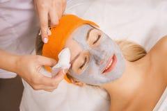 Vrouw die masker toepassen Royalty-vrije Stock Fotografie