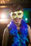 Vrouw die maskerade in bar dragen stock afbeeldingen