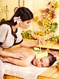 Vrouw die massage met oorkaars krijgt. royalty-vrije stock foto's