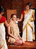Vrouw die massage met zak van rijst hebben. Stock Foto's