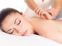 Vrouw die massage van lichaam in kuuroordsalon hebben Royalty-vrije Stock Fotografie
