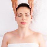 Vrouw die massage van lichaam in kuuroordsalon hebben royalty-vrije stock foto