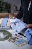 Vrouw die materiaal bekijken Royalty-vrije Stock Foto's