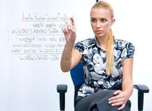 Vrouw die math formule oplost Stock Fotografie