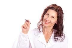 Vrouw die in medische toga in de lucht schrijven Stock Afbeelding