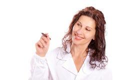Vrouw die in medische toga in de lucht schrijven Stock Foto