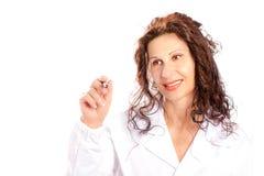 Vrouw die in medische toga in de lucht schrijven Royalty-vrije Stock Foto's