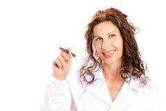 Vrouw die in medische toga in de lucht schrijven Royalty-vrije Stock Afbeeldingen