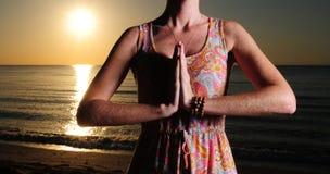 Of vrouw die mediteert bidt Royalty-vrije Stock Foto's