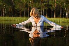 Vrouw die in meer zwemt Stock Foto's