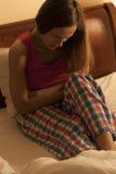 Vrouw die menstruele pijn hebben Royalty-vrije Stock Foto's
