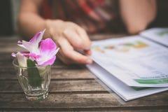 Vrouw die menu bestuderen stock foto