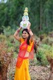 Vrouw die met aarden potten loopt stock foto