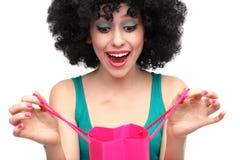Vrouw die met afro het winkelen zak onderzoekt Royalty-vrije Stock Foto