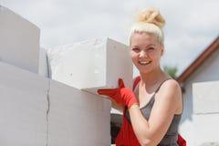 Vrouw die met airbricks werken stock foto