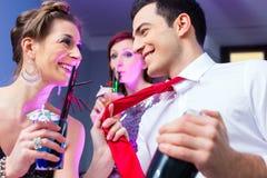 Vrouw die met barkeeper flirten royalty-vrije stock foto