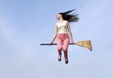 Vrouw die met bezem vliegen Stock Afbeeldingen