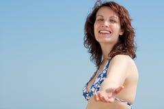 Vrouw die met Bikini een Hand leent Royalty-vrije Stock Foto