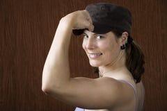 Vrouw die met blauwe ogen haar spier buigt Stock Afbeeldingen
