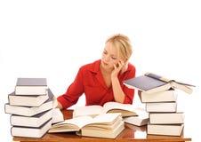 Vrouw die met boeken bestudeert Royalty-vrije Stock Fotografie
