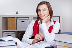Vrouw die met boeken leert Royalty-vrije Stock Afbeeldingen
