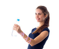 Vrouw die met centimeter een fles water houden Royalty-vrije Stock Afbeelding
