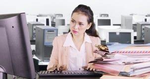 Vrouw die met computer en documenten werken stock videobeelden