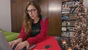 Vrouw die met Computer online winkelen stock videobeelden