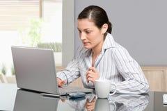 Vrouw die met computer werkt Stock Foto's