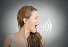 Vrouw die met correcte golven spreken die mond naar voren komen royalty-vrije stock afbeelding