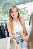 Vrouw die met Creditcard betalen stock foto