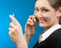 Vrouw die met creditcard door cellphone betaalt Royalty-vrije Stock Afbeeldingen