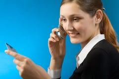 Vrouw die met creditcard door cellphone betaalt Stock Afbeelding