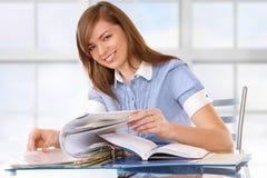 Vrouw die met documenten werkt stock afbeeldingen