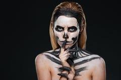 Vrouw die met doen schrikken Halloween-make-up stiltegebaar tonen royalty-vrije stock fotografie