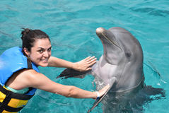 Vrouw die met dolfijn dansen Royalty-vrije Stock Afbeelding