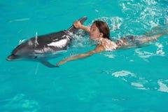 Vrouw die met dolfijn zwemt Royalty-vrije Stock Foto