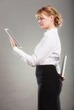 Vrouw die met ebook en boek leren Onderwijs Stock Foto's