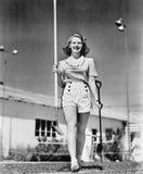 Vrouw die met een een tuinschop en schoffel lopen (Alle afgeschilderde personen leven niet langer en geen landgoed bestaat Levera royalty-vrije stock foto