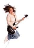 Vrouw die met elektrische gitaar springt royalty-vrije stock fotografie