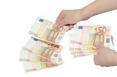 Vrouw die met euro bankbiljetten betalen Royalty-vrije Stock Afbeeldingen