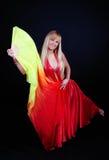 Vrouw die met fantail danst Stock Afbeeldingen