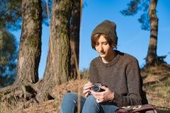 Vrouw die met filmcamera van fijn de herfstweer in openlucht genieten Yo stock afbeelding