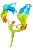 Vrouw die met fladderende vliegende kleurrijke stof over wit dansen stock afbeeldingen